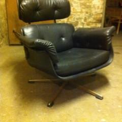 Lounge Chair im Charles Eames Stil – schwarzer 60er Jahre Ledersessel