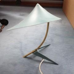 Schöne Krähenfuß-Tischleuchte im Stile von Louis Kalff, Carl Auböck oder Calmar