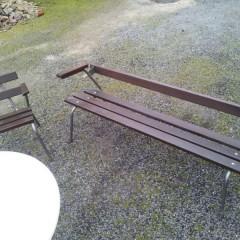 Vintage Holzbank Gartenbank mit Stahlrohrfüßen in schöner Form